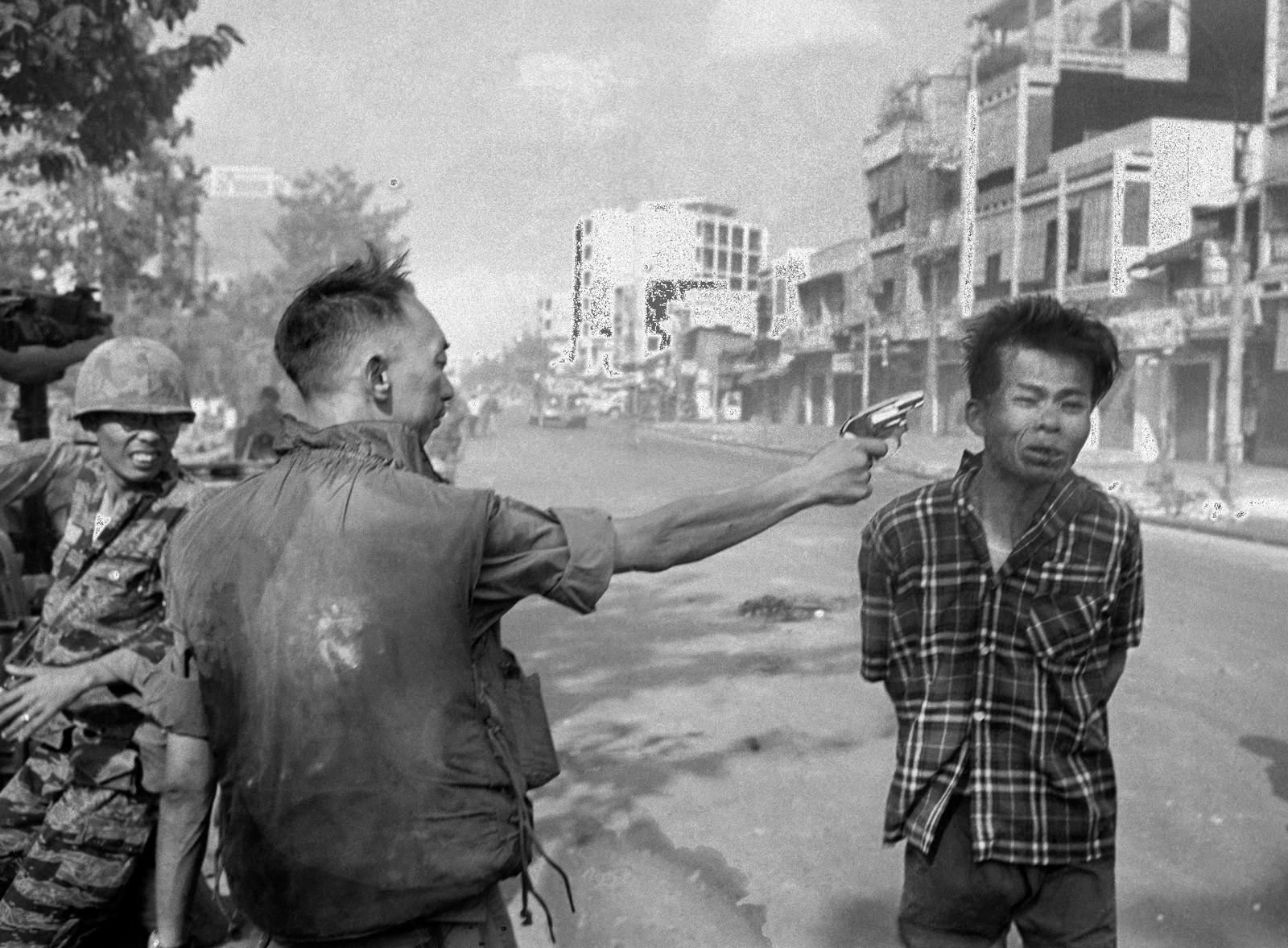 SAIGON-HENRETTELSEN: Nguyen Van Lem, mistenkt for å være med i Viet Cong, skytes i hodet på åpen gate i Saigon i 1968.