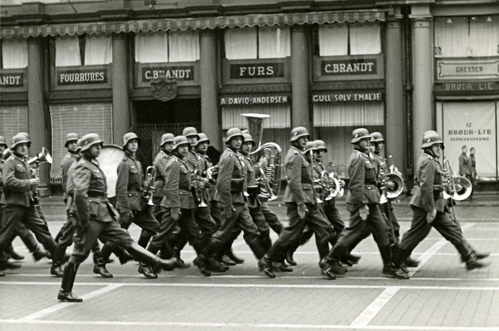 Tyske soldater marsjerer på Torgallmenningen i 1940.
