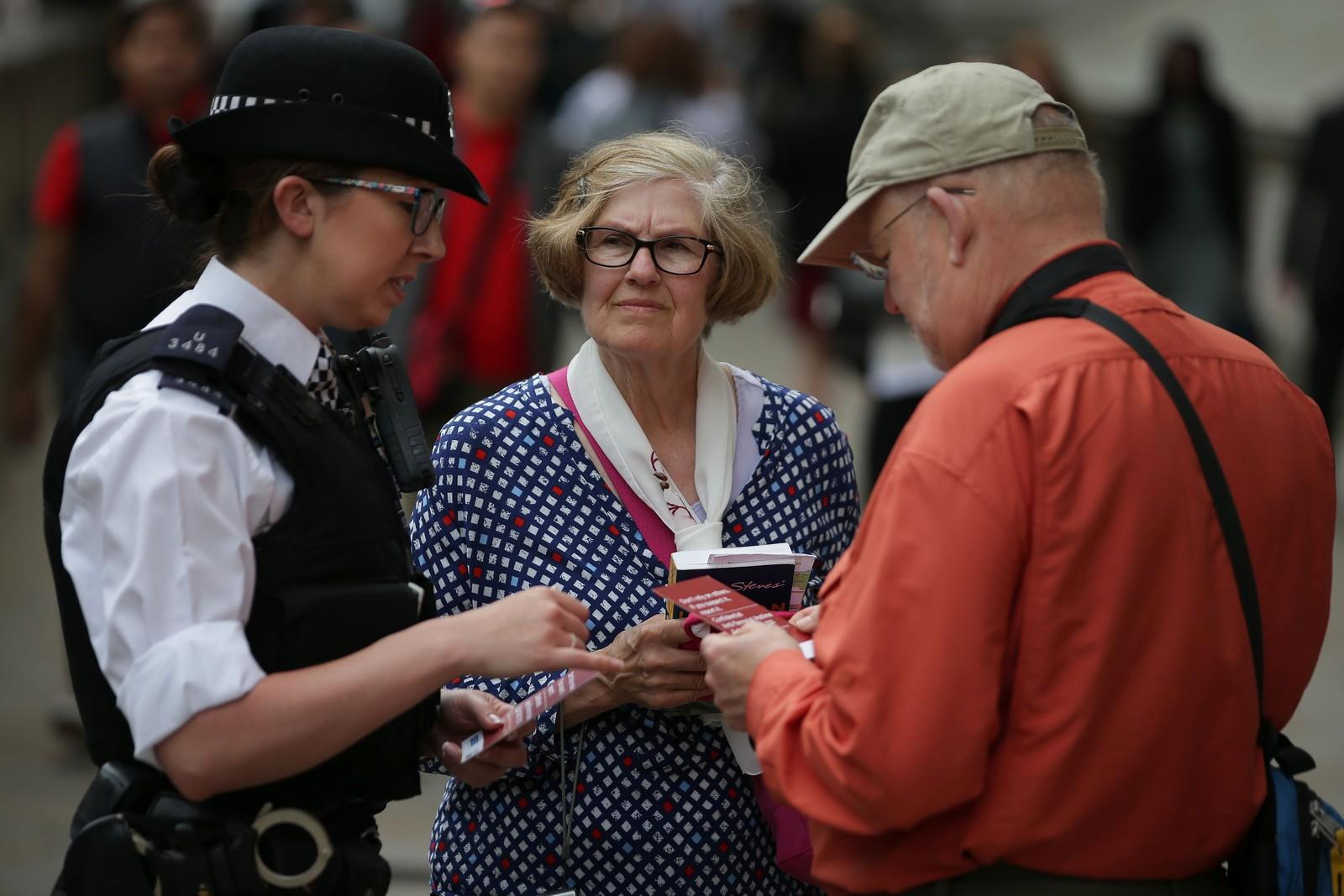 Politiet i London deler ut brosjyerer til publikum om hvor de skal ta kontakt hvor de ser noe mistenkelig.