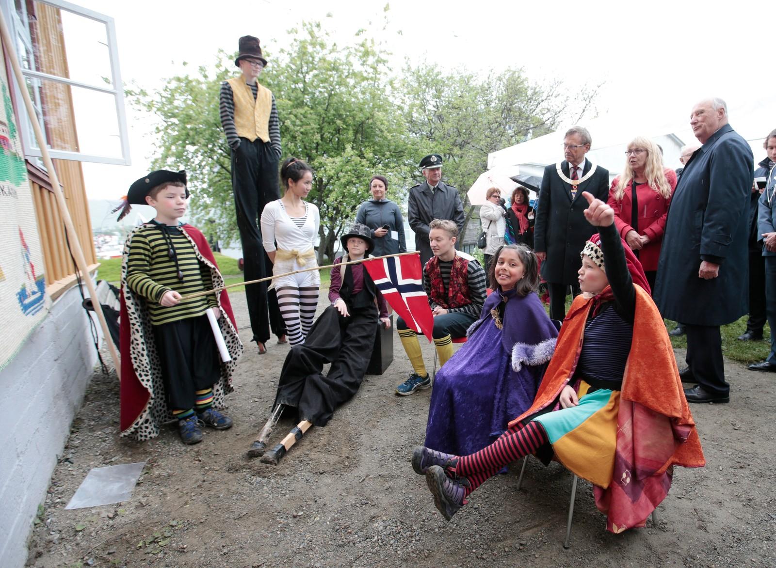 """Kong Harald får """"opplæring"""" i kongeskole under kongeparets hagefest for 300 inviterte gjester på """"Skansen"""" i Tromsø lørdag. Reisen inngår som en del av markeringen av Kongeparets 25-årsjubileum. """"Kongen"""" t.v. Leander lærer bort nyttig kunnskap til """"dronning Sonja"""" (t.v.), Karmen og """"prinsessen"""", Andrea.  Foto: Lise Åserud / NTB scanpix"""