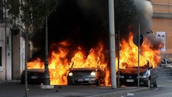 Tre biler står i brann i Roma
