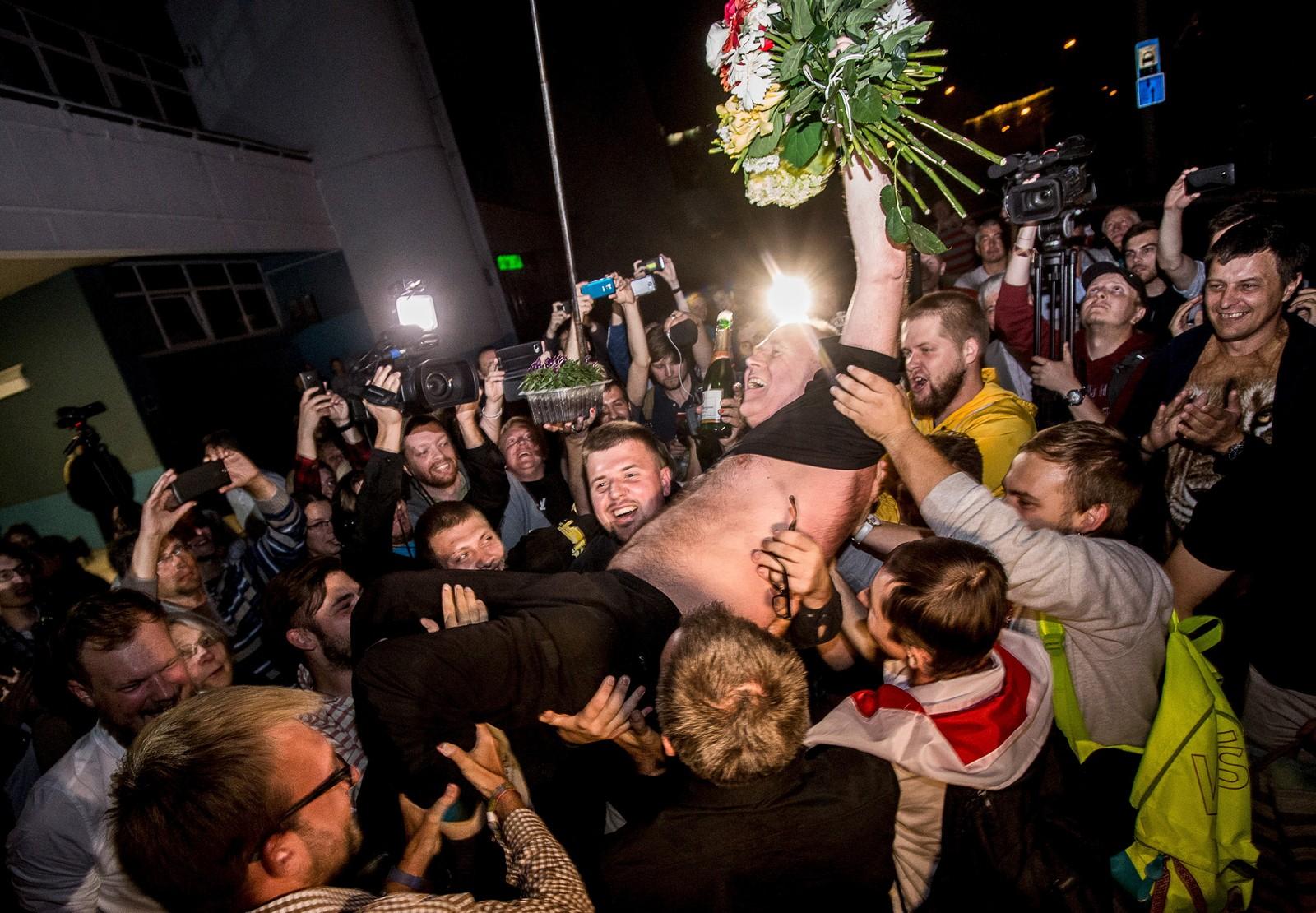 Opposisjonspolitiker Nikolai Statkevich stilte som kandidat til presidentvalget i Hviterussland i 2010, noe som førte til fengselsstraff i det lukkede landet. Denne uka ble han og flere andre opposisjonspolitikere benåda av Hviterusslands president Aleksander Lukashenko. Venner møtte opp og feira Statkevich utenfor fengselet i Minsk.