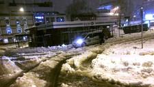 Det var mykje snø i vegen på Landmannstorget i Skien tysdag morgon. På Gulsetringen har tre knekt over vegen ved Einaren.