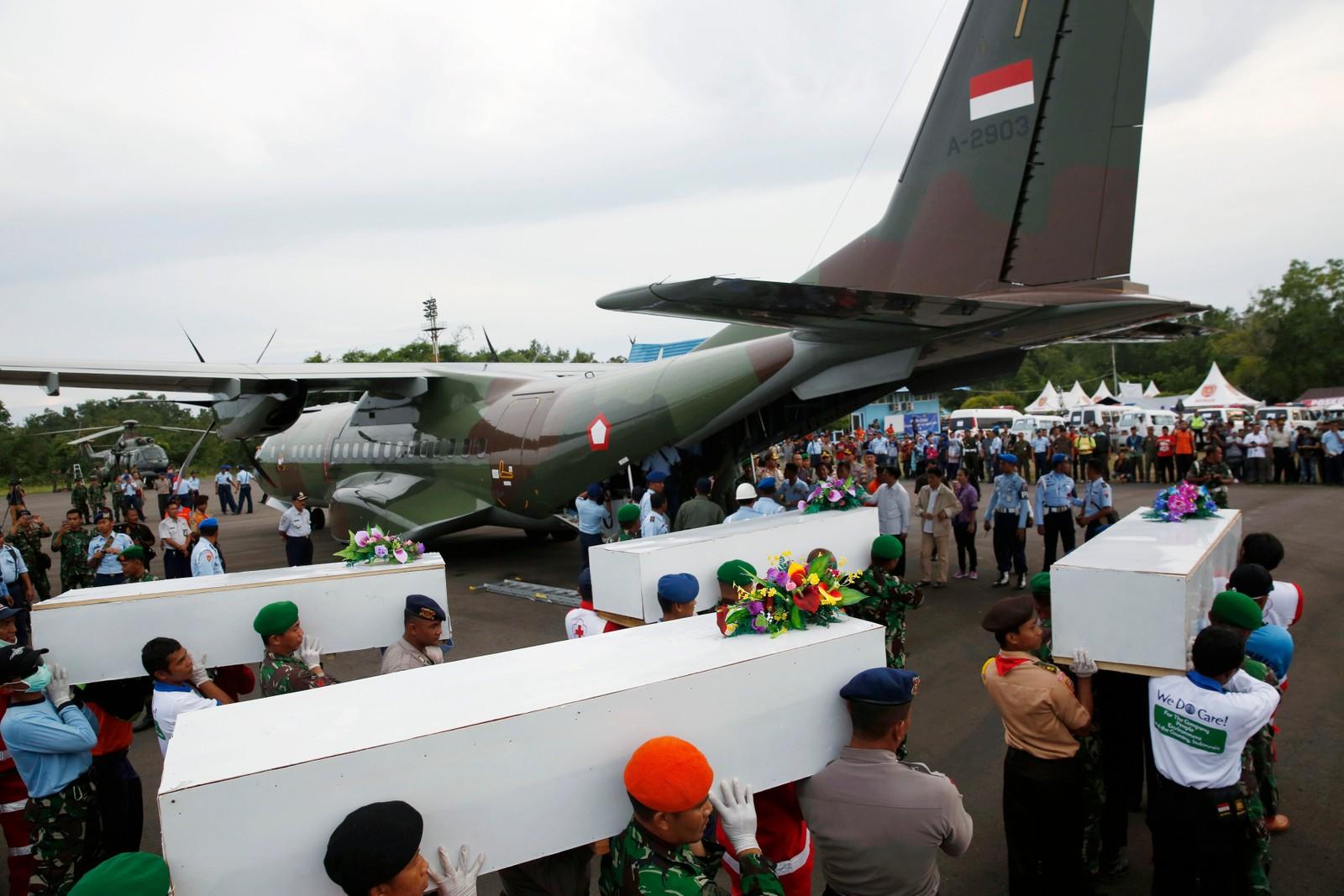Så langt har over 30 lik blitt hentet opp av Java-sjøen.