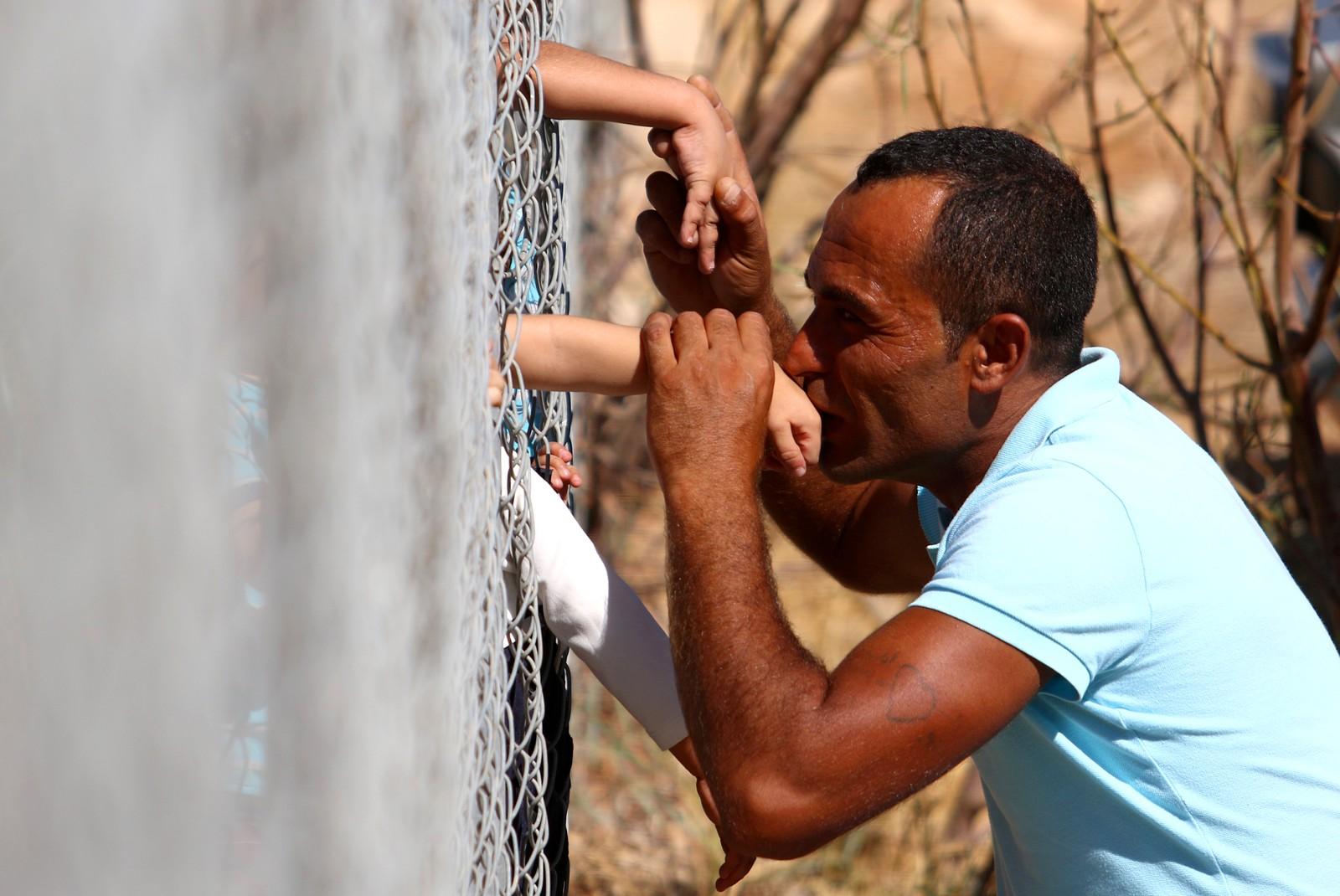 Flyktingen Ammar Hammasho fra Syria har vært på Kypros i ett år. Denne uka kom resten av familien hans til øya på en liten båt sammen med mange andre flyktninger. Bare timer senere kunne Hammasho kysse hendene til barna som var inne i flyktningleiren.