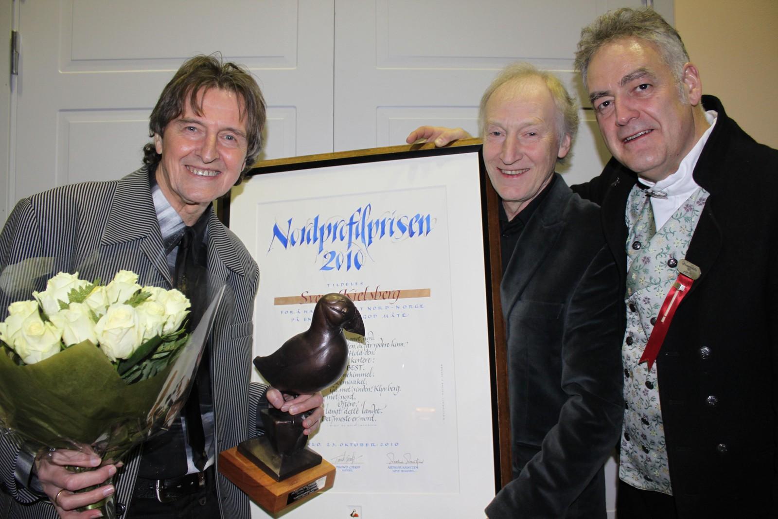 Trond Graff overrekker Nordprofilprosen for 2010 til Sverre Kjelsberg