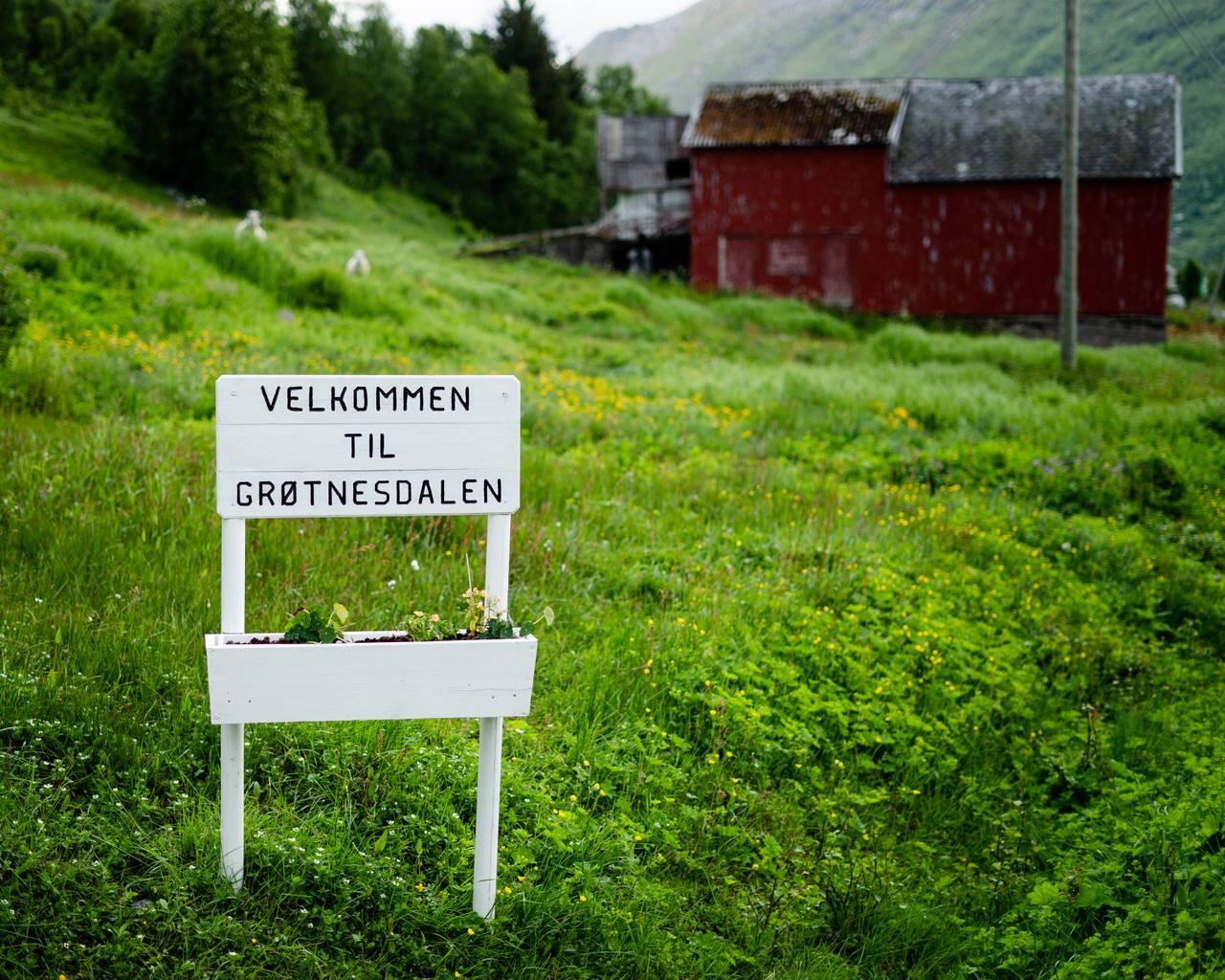 Et skilt viser Velkommen til Grøtnesdalen