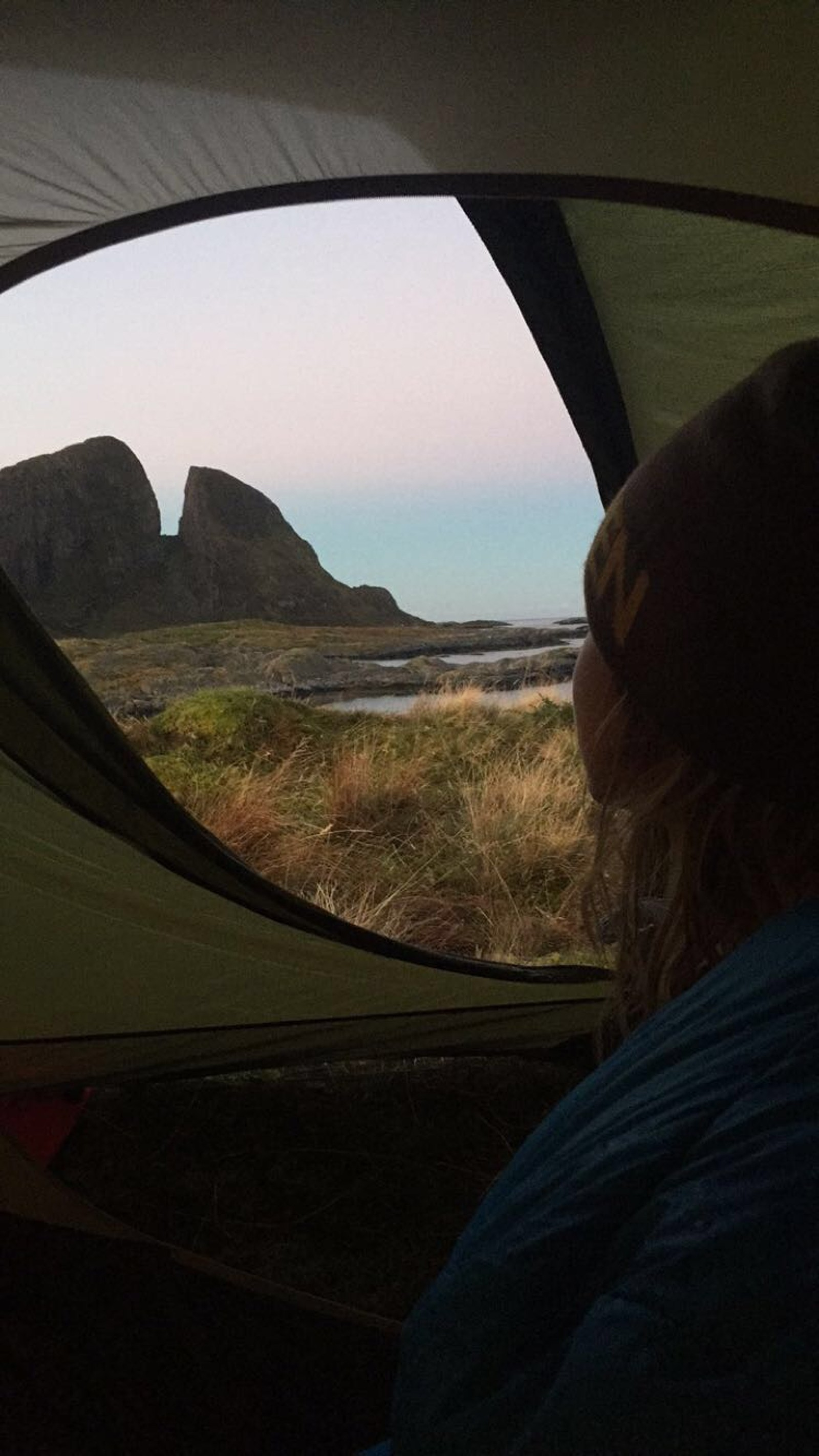 Utsikt frå teltet om morgonen på Kinn, mot Kinnaklova.