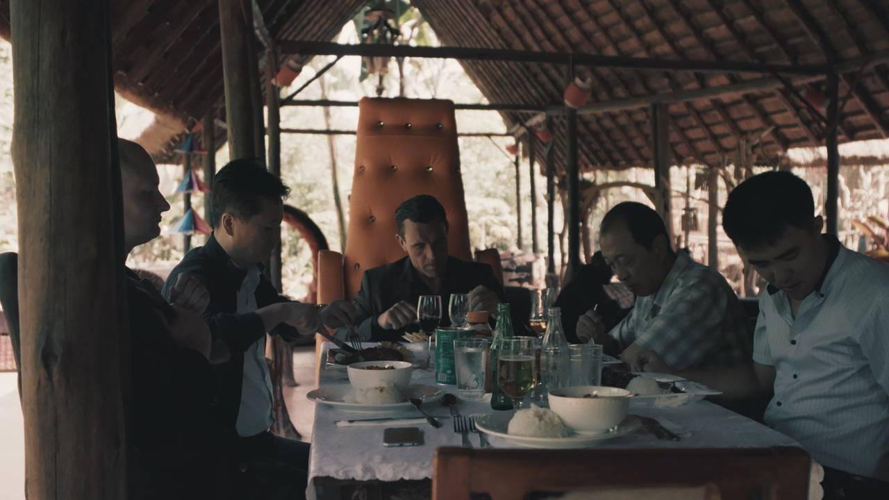 Ulrich og James spiser middag med nordkoreanerne