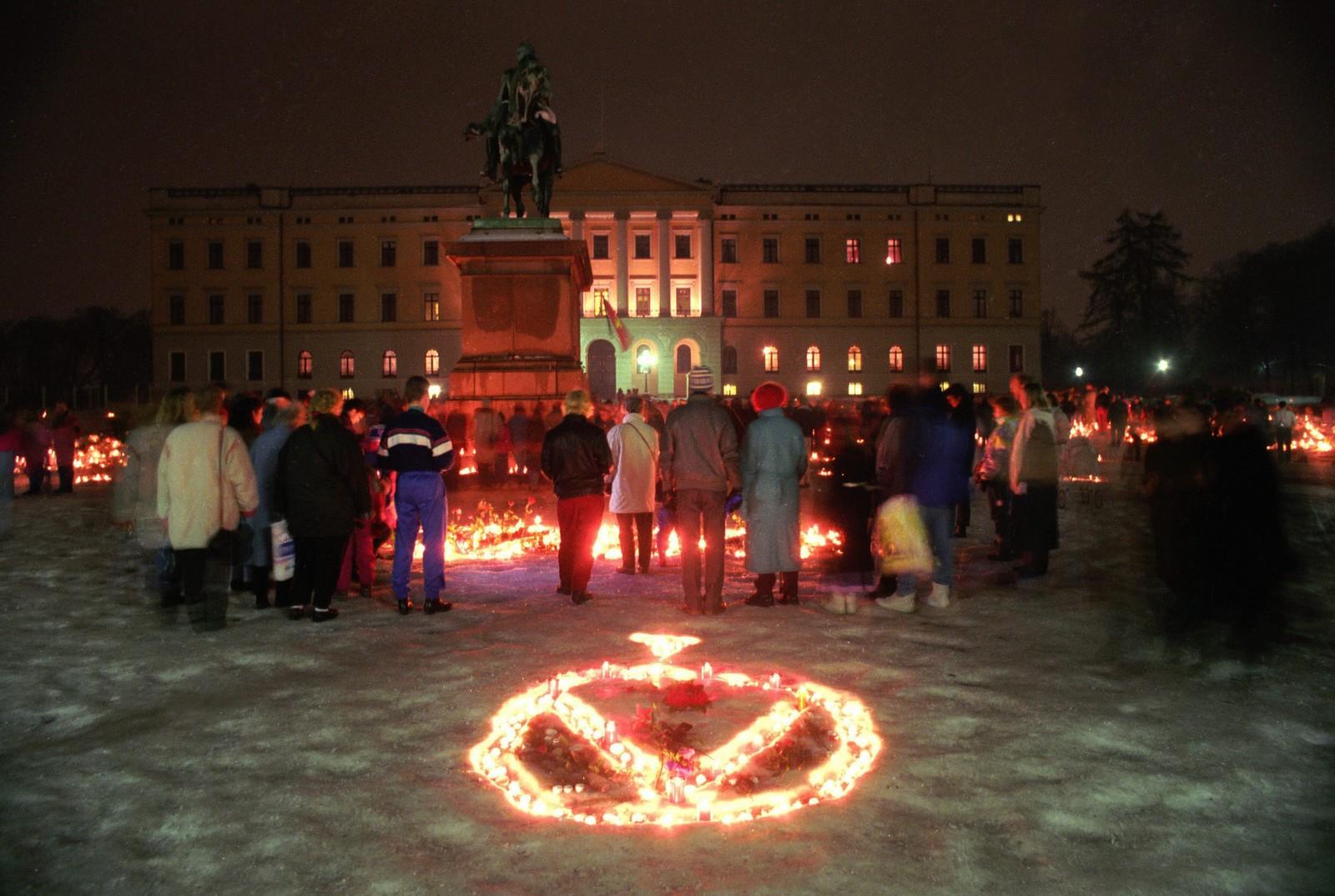 Kongens monogram i lys på Slottsplassen, om kvelden 18. januar 1991.