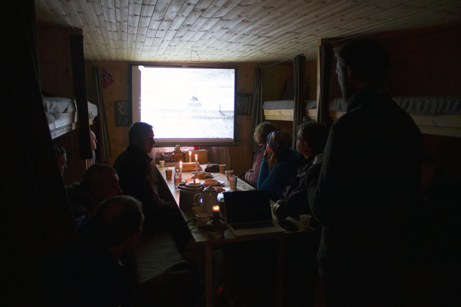 Siste post på dagens program. Inne i Framheim forteller Anders Bache om kappløpet mellom Amundsen og Scott i 1911/1912. Målet er å gjøre Framheim til et mini-museum, mest mulig lik Amundsens hytte.