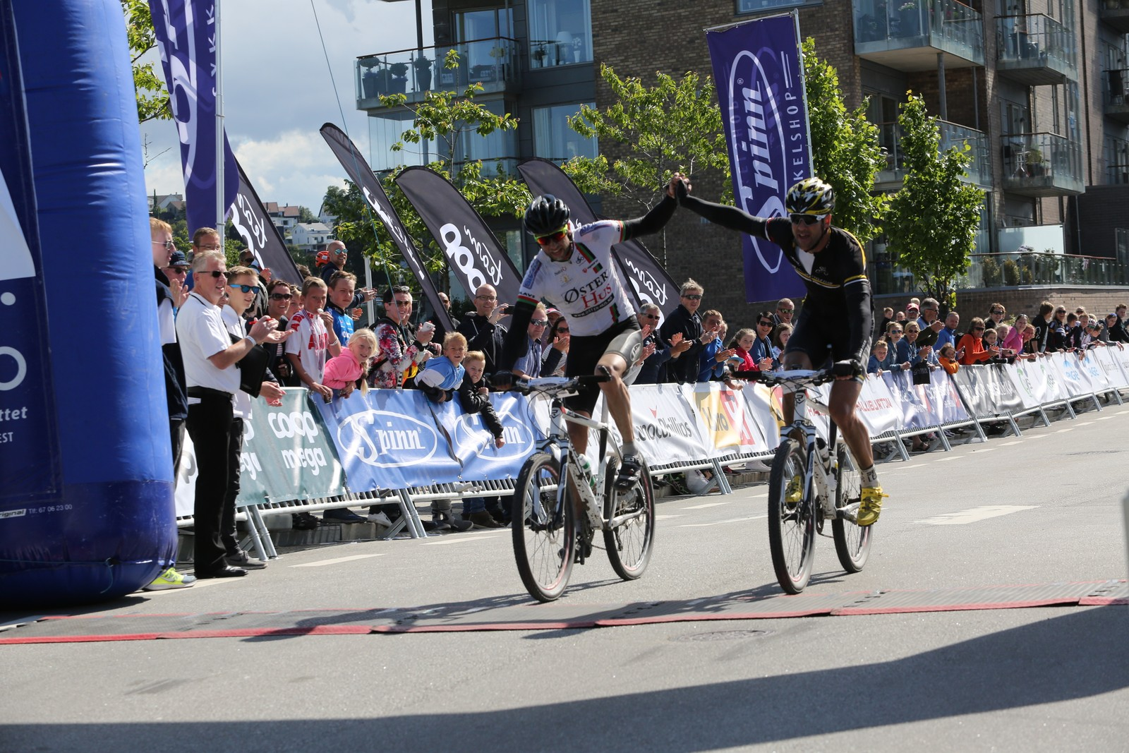 Roger Amdal og Inge Holla sykla over målstreken på likt, og dei blei vinnarar av herreklassen.