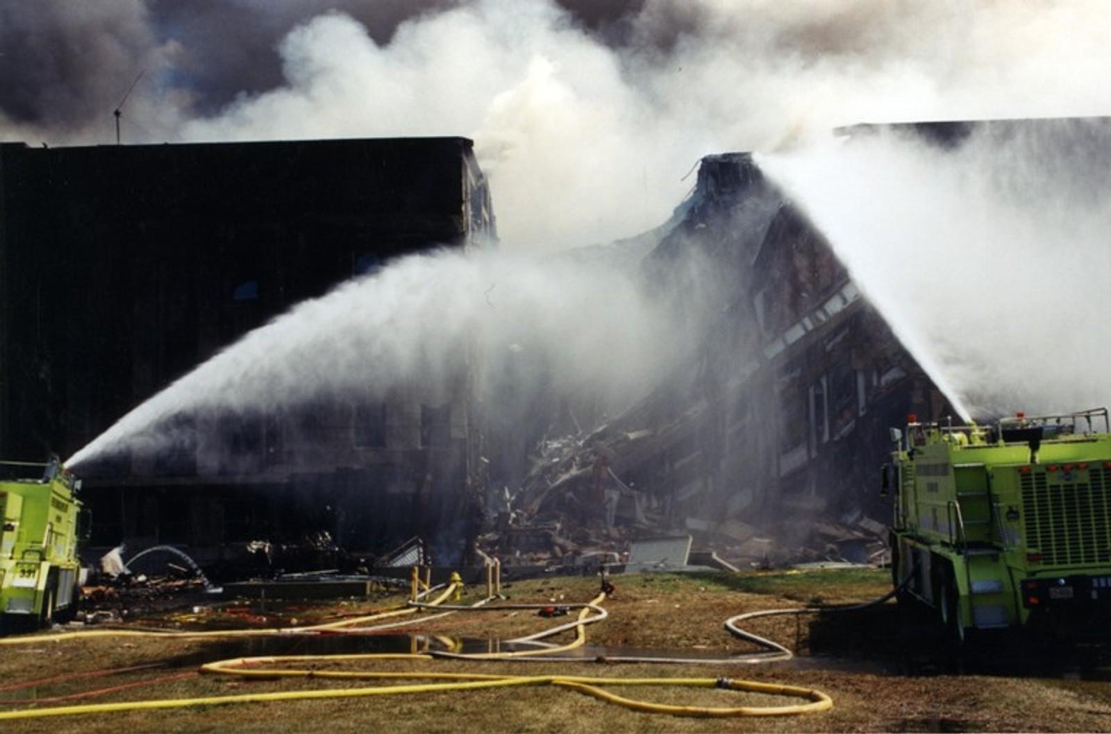 Store deler av bygget kollapset etter at flyet traff.