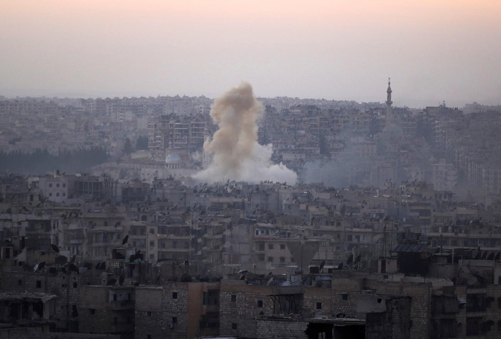 Røyk stig opp frå Bustan al Basha-distriktet i det austlege Aleppo i dag. Regjeringsstyrkane gjekk inn i bydelen i dag.