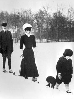 1907: Kong Haakon VII, dronning Maud og kronprins Olav på skitur i 1907. Samme året var kongefamilien på signingsferd. Foto: NTB / Scanpix