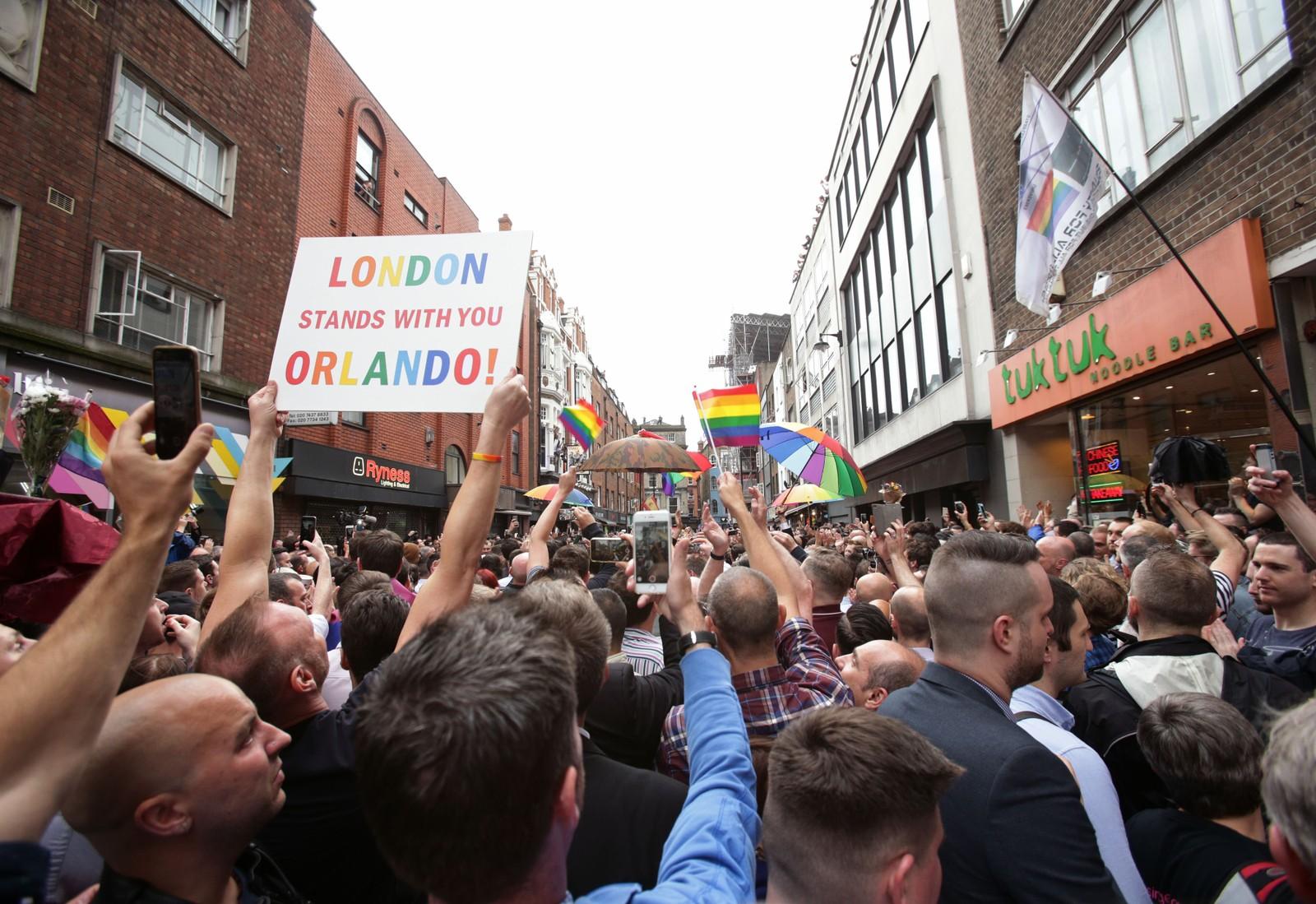 ENGLAND: I London samlet folk seg i Old Compton Street for å minnes ofrene og komme med støtteerklæringer.