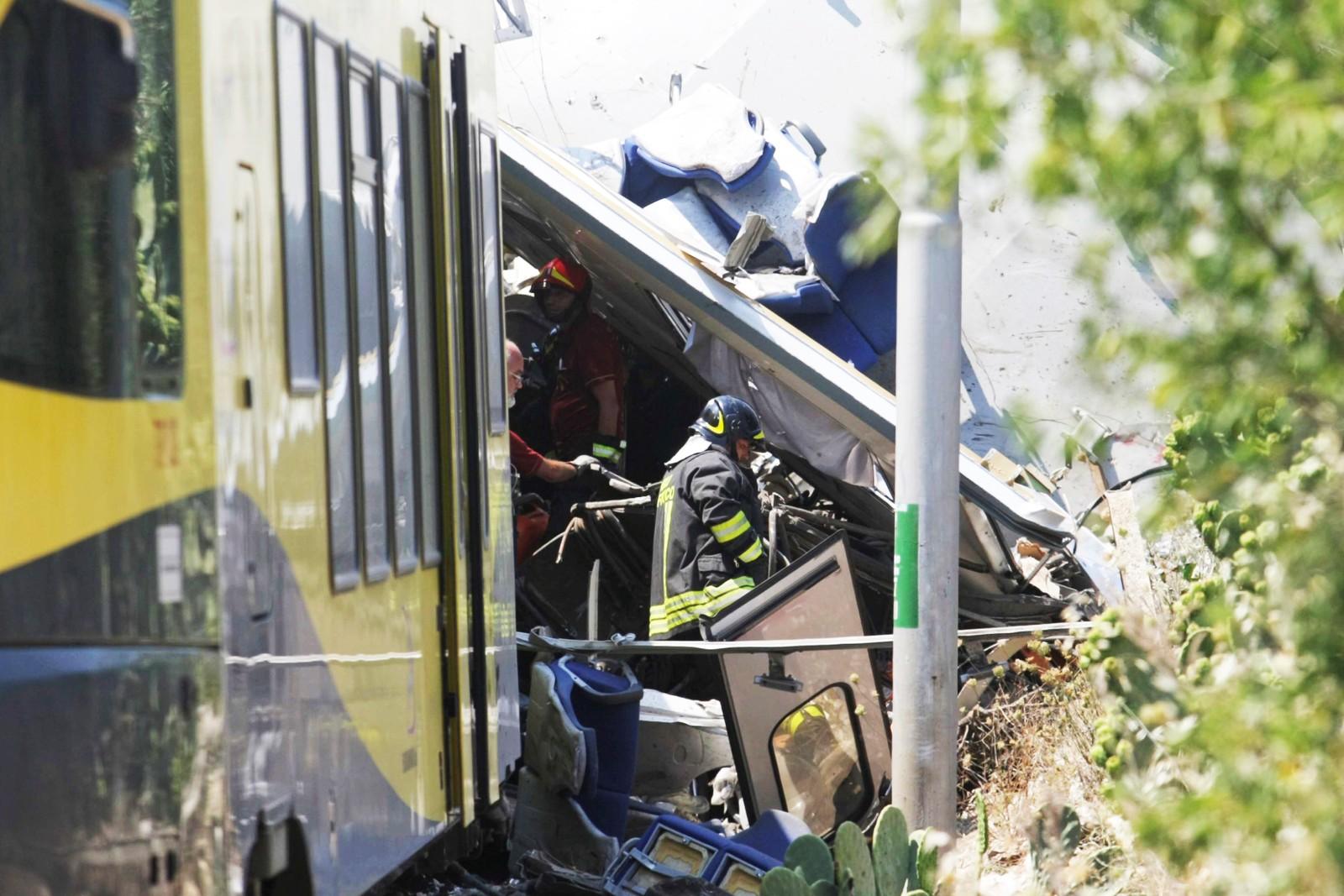 Redningsarbeid ved vraket av to pendlertog som kollderte ved Bari i Sør-Italia tirsdag.