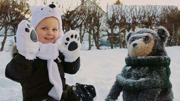 Norsk dramaserie. Isbjørnen. Johannes       gleder seg til å leke ute i snøen, men han       synes vottene er dumme å ha på seg.