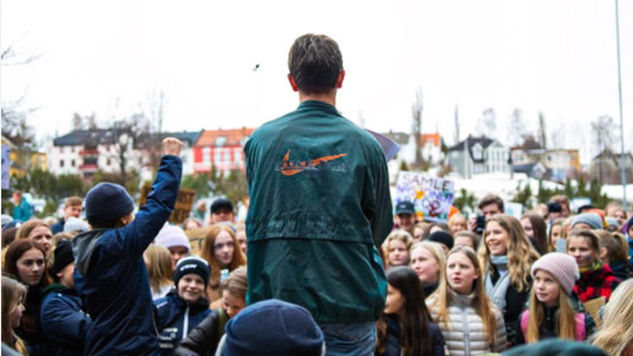 REDDET KARAKTERENE: Markus Refsdal tror ikke karakterene hans hadde vært de samme i dag dersom han ikke hadde deltatt i frivilligheten. Nå håper han flere unge ser lærdommen et frivillig verv kan gi. Bildet viser Refsdal meg ryggen til der han ledet skolestreiken den 22. mars 2019 i Hamar.