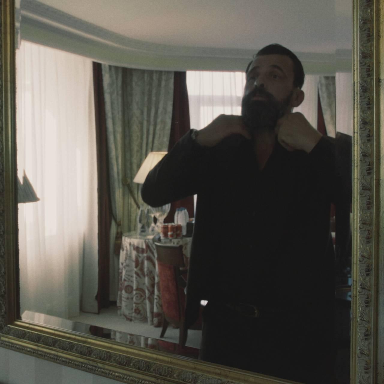 EHAM k2 mr. James ser seg i speilet