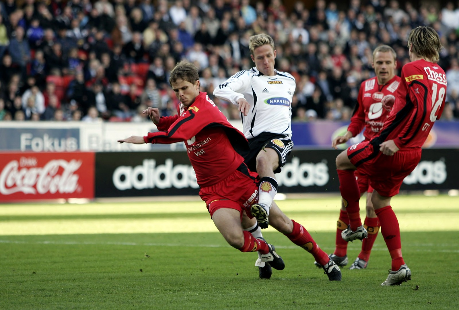 KRIGET OM GULL: Erlend Hanstveit og neste års lagkamerat Jan Gunnar Solli kriger om ballen på Lerkendal i 2006. Dette året gikk gullet til Solli. Det gjorde det året etter også.
