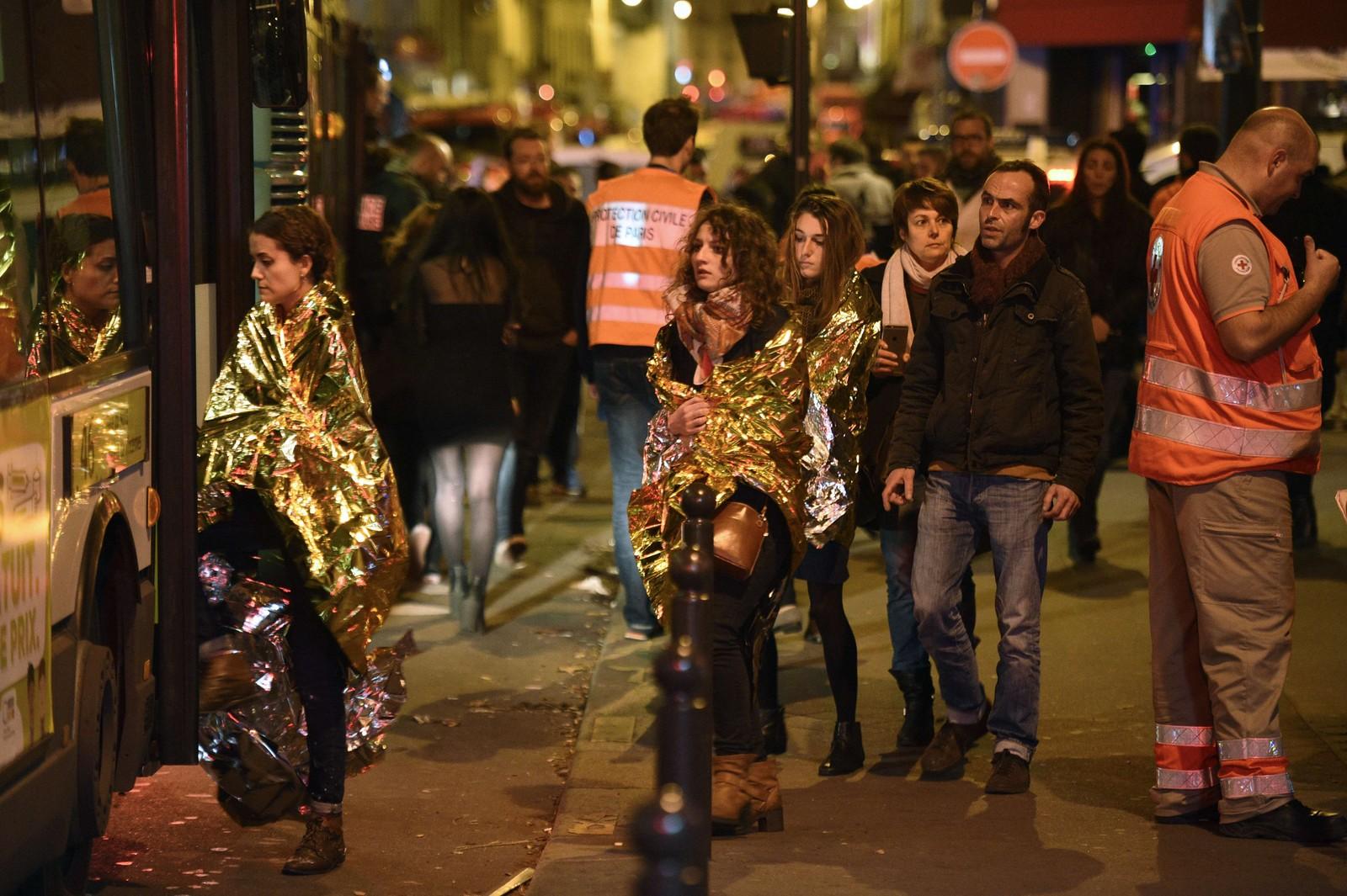 TO ANGREPSLAG: Det kan se ut som at angriperne hadde delt seg i to. Det ene laget gikk til angrep på fotballarenaen Stade de France, og flere personer sprengte seg selv i luften utenfor.