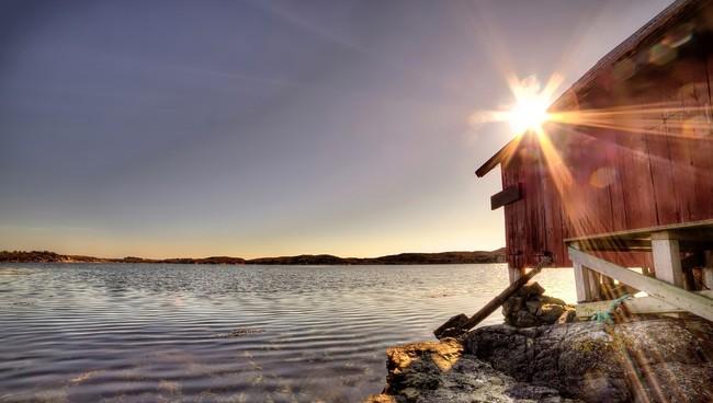 TØRT OG VÅRLEG: Det er gode grunnar til at eit naust held seg tørrare om våren enn om hausten sjølv om veret verkar å vere det same.