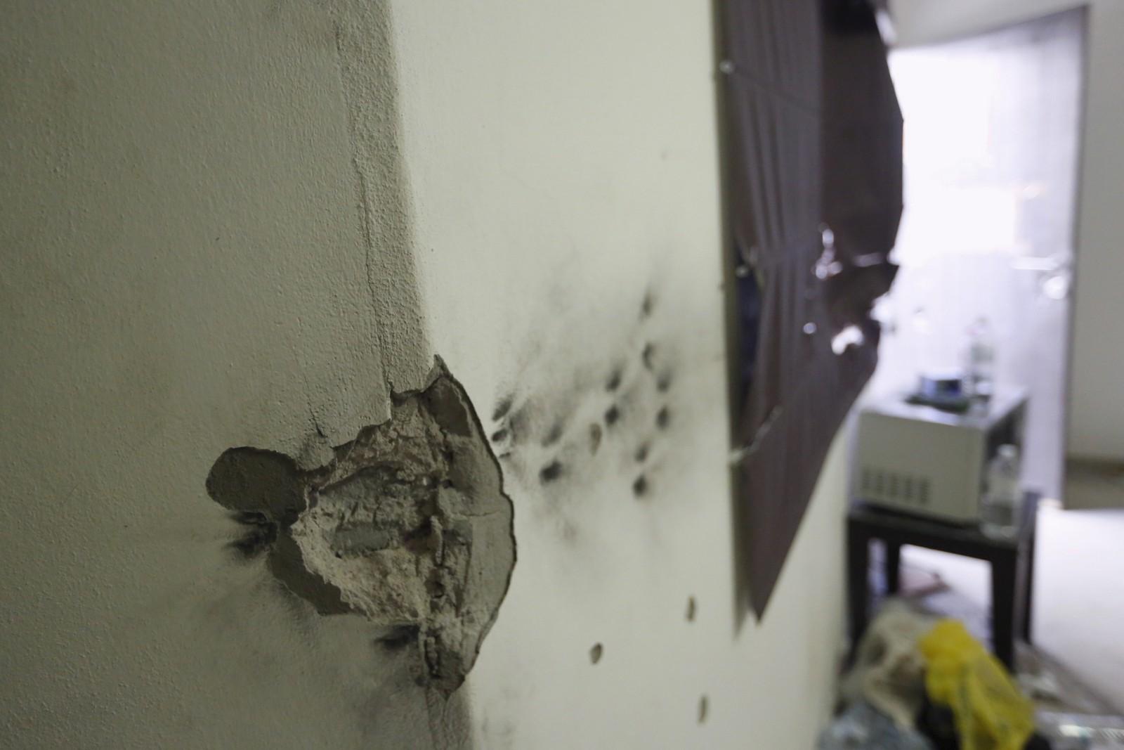 Kulehull i veggen etter skuddvekslingen.