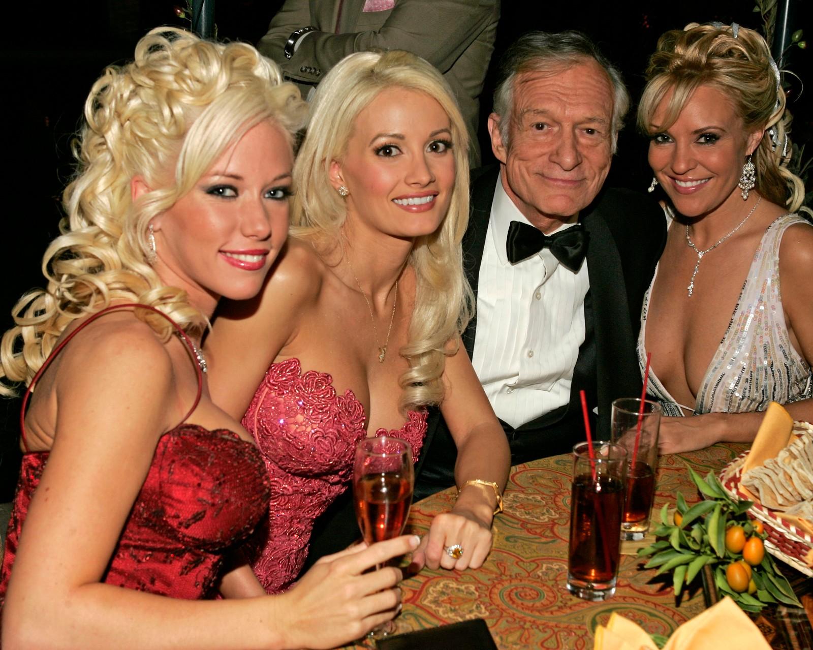 Hugh Hefner sammen med playmates Kendra, Holly og Bridget som figurerte i TV-serien Playboyjentene.