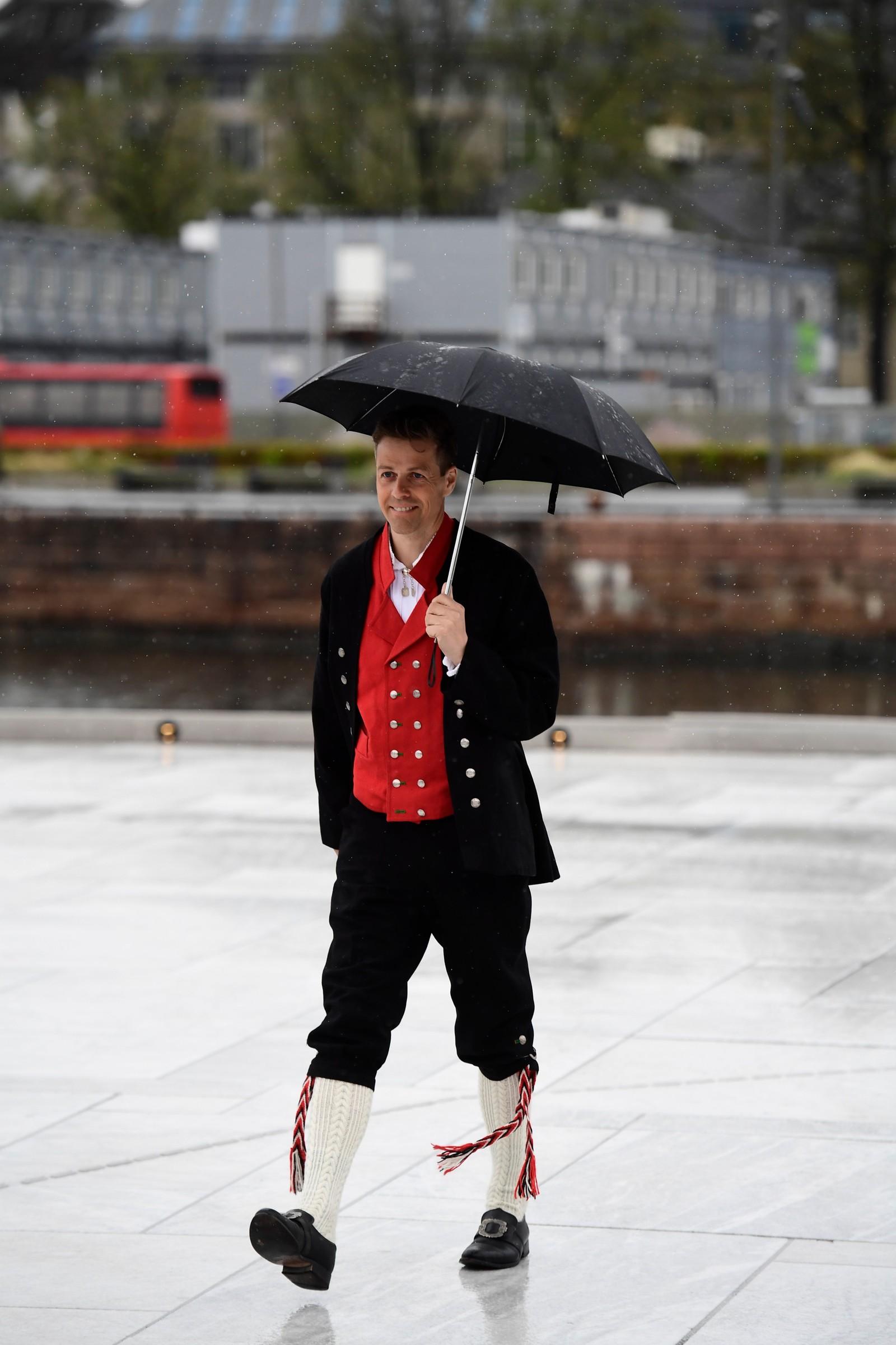 Partileder i KrF Knut Arild Hareide ankommer festmiddagen i Operaen i anledning kongeparets 80-årsfeiring.