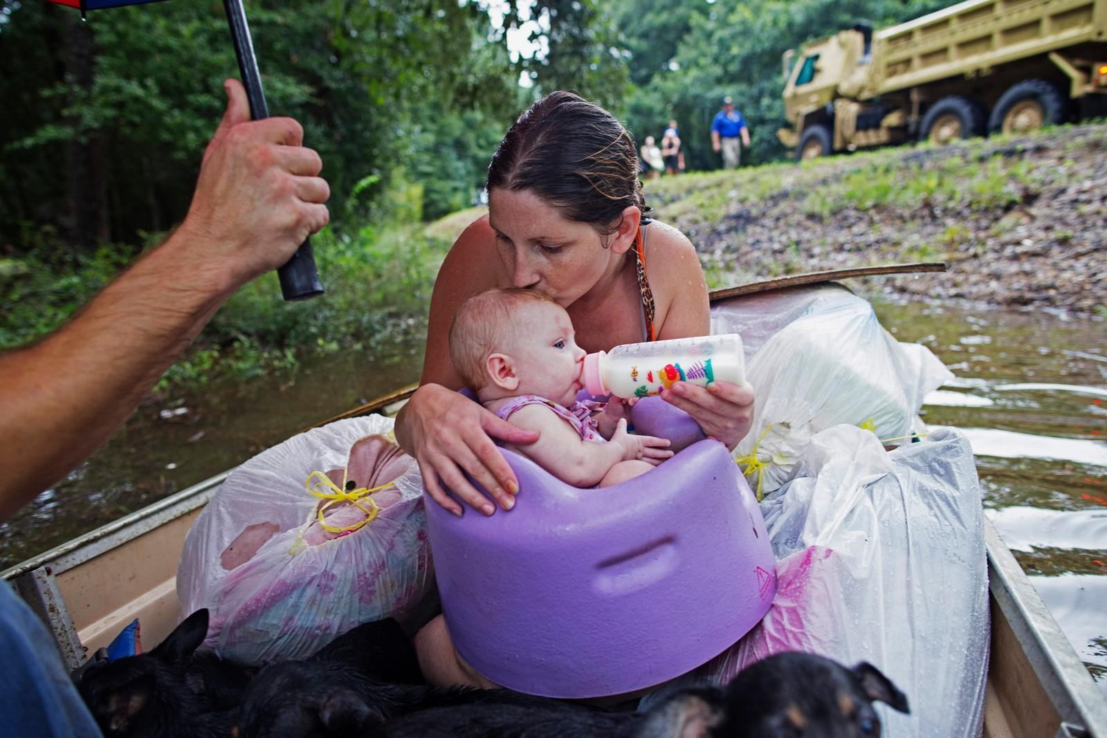 VENTER PÅ HJELP: Danielle Blount kysser sin 3 måneder gamle baby Ember. Babyen blir matet mens de to venter på å bli evakuert med hjelp fra nasjonalgarden.