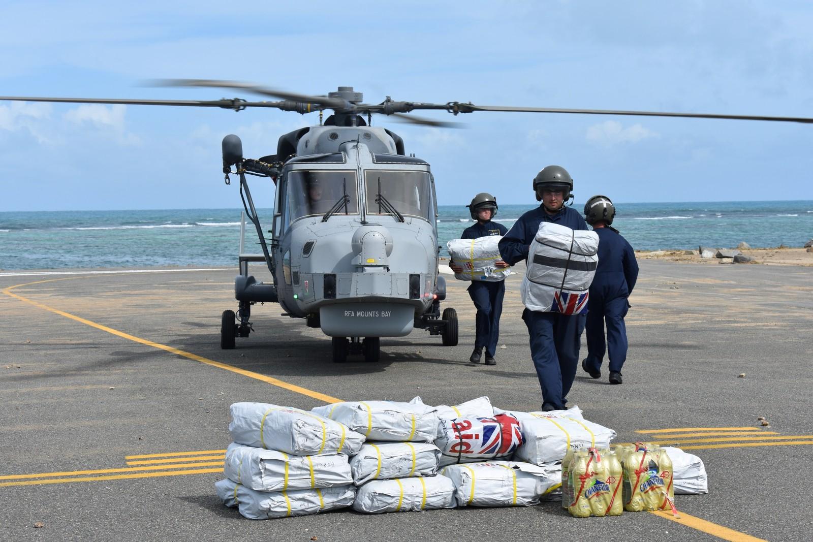 Hjelpemannskapet bidrar med forsyninger til de rammede.