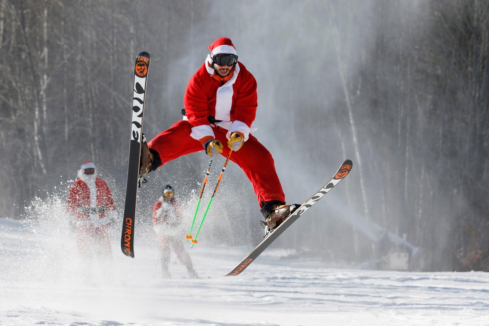 En alpin utgave av julenissen deltok i et veldedighetsrenn i Maine, USA denne uka.
