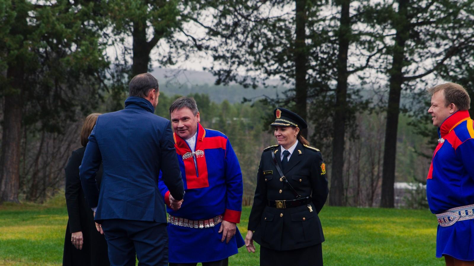 H.K.H. Kronprins Haakon hilser på Karasjoks ordfører Svein Atle Somby. Ved siden av er Finnmarks politimester Ellen Katrine Hætta og Scandic Karasjoks direktør John Arne Mathiesen.