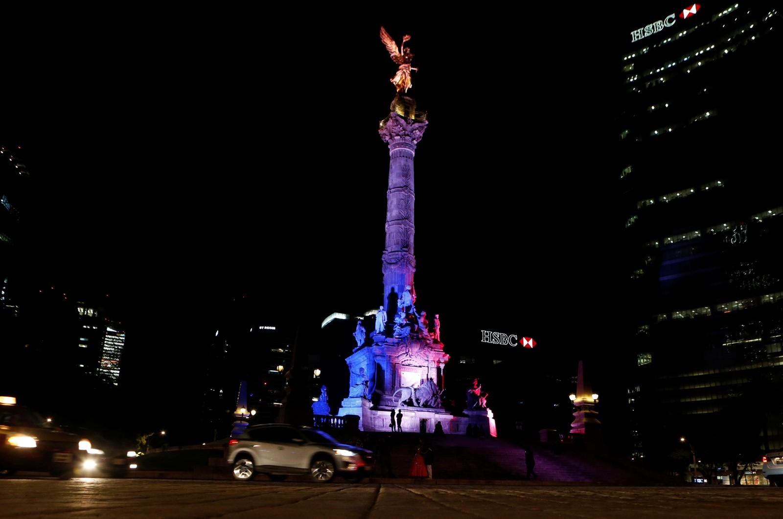 Frihetsengelen i Mexico City lyser opp i fargene til det franske flagget etter tragedien i Nice.