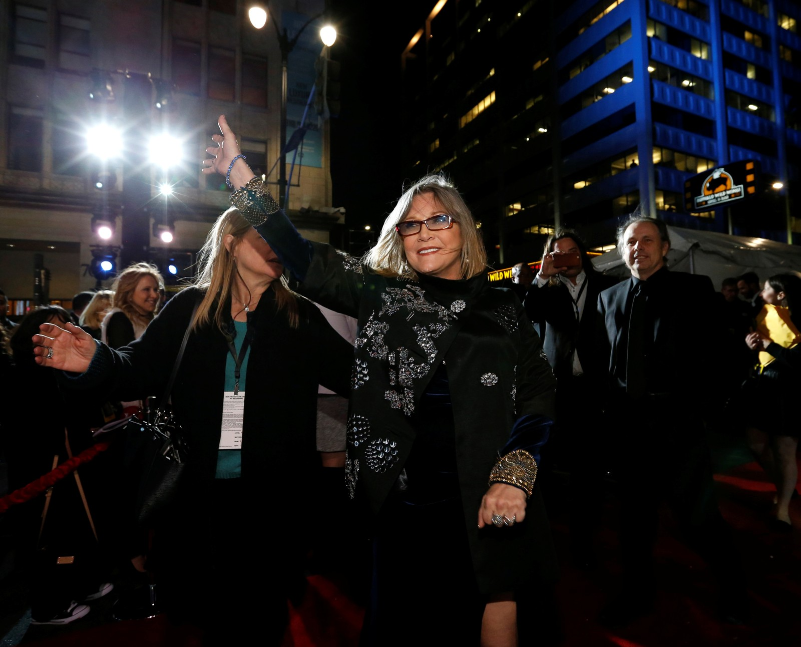 RØD LØPER: Carrie Fisher i det hun ankom premieren av «Star Wars - The Force Awakens» i Hollywood, 14. desember 2015.