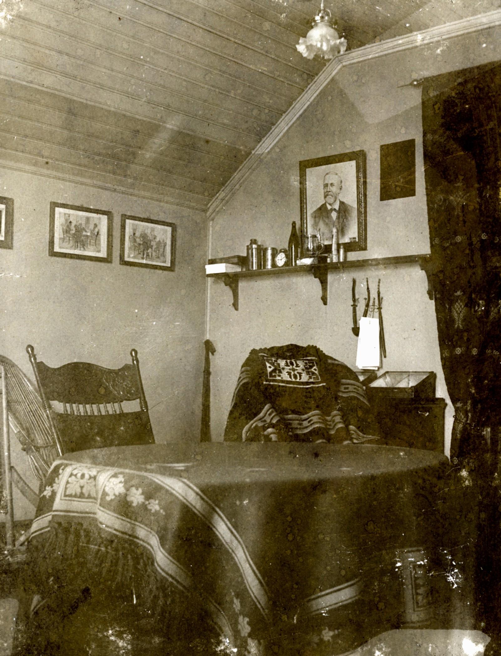 C. F. Isaachsens rom på kvisten i Nedregate, Tønsberg. Klippet ut av album. Udatert, men sannsynligvis helt på tampen av 1800-tallet.