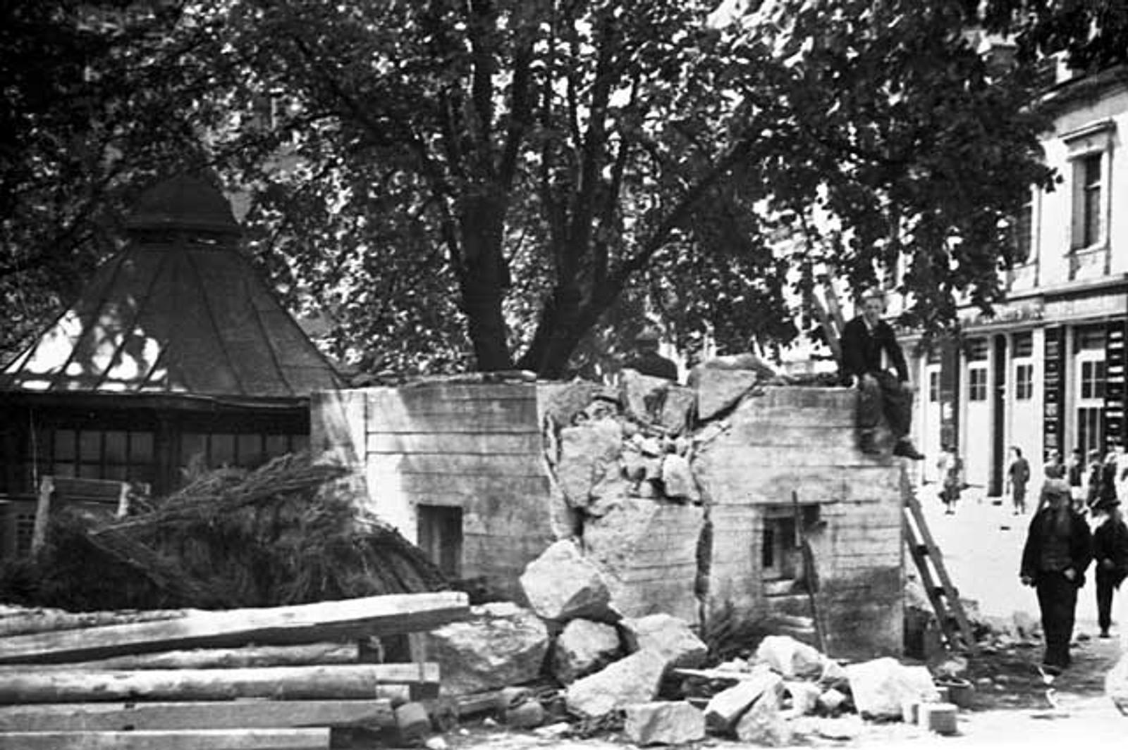 ØDELEGGER NAZIBUNKER: På Ole Bulls plass blir denne revet i fredsdagene 1945.