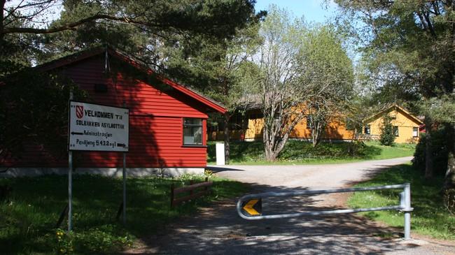 Solbakken i Florø vart reist av Sanitetsforeningen i 1960. Institusjonen har dei siste åra vore brukt som asylmottak. Foto: Ottar Starheim, NRK.