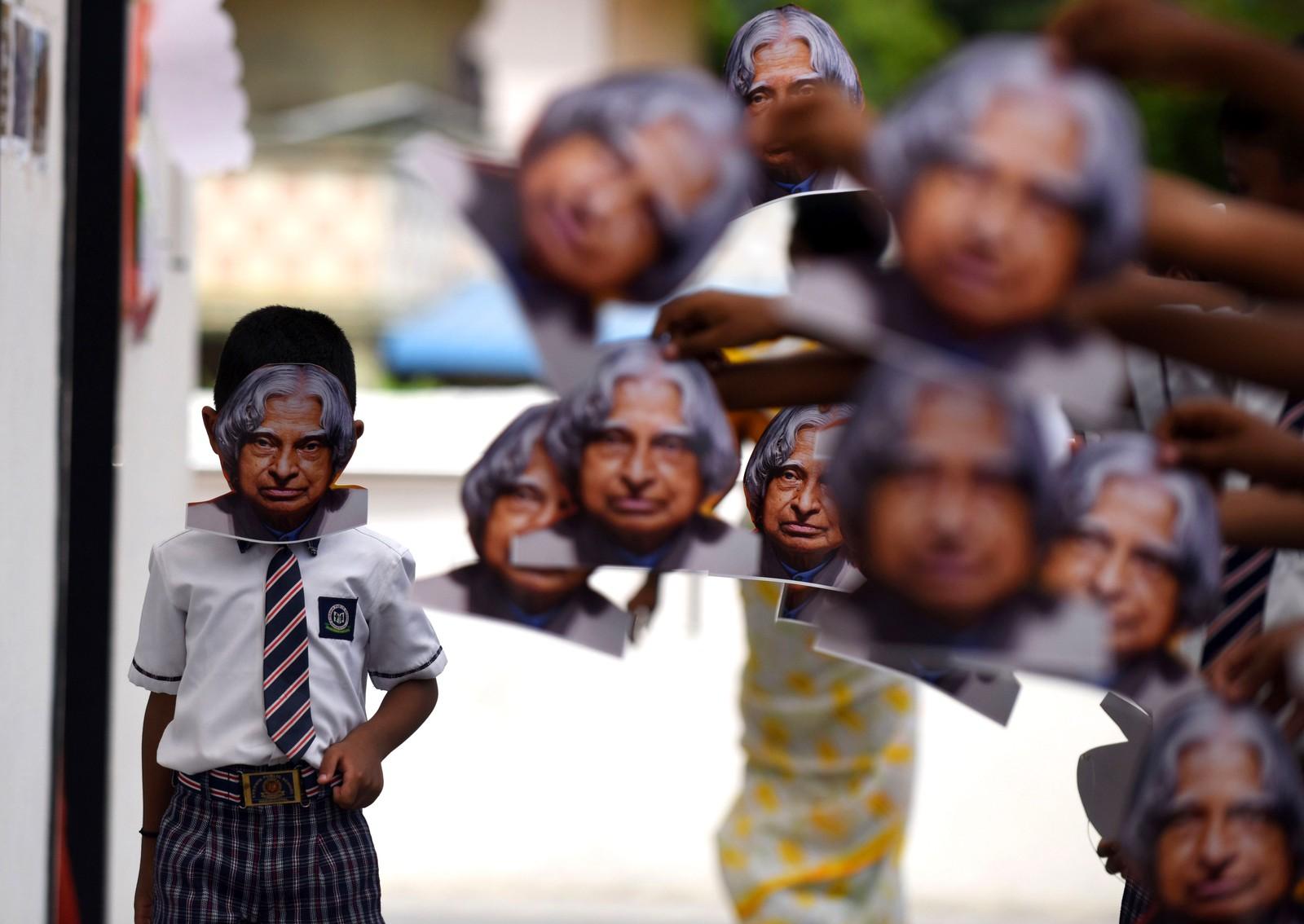 Indiske barn bærer masker med bildet av den tidligere presidenten A.P.J Kalam under en minnestund i Chennai den 26. juli. Han var en ingeniør som var utdannet innen romfart, og var Indias 11. president i perioden 2002 til 2007. Kalam døde den 27. juli 2015.