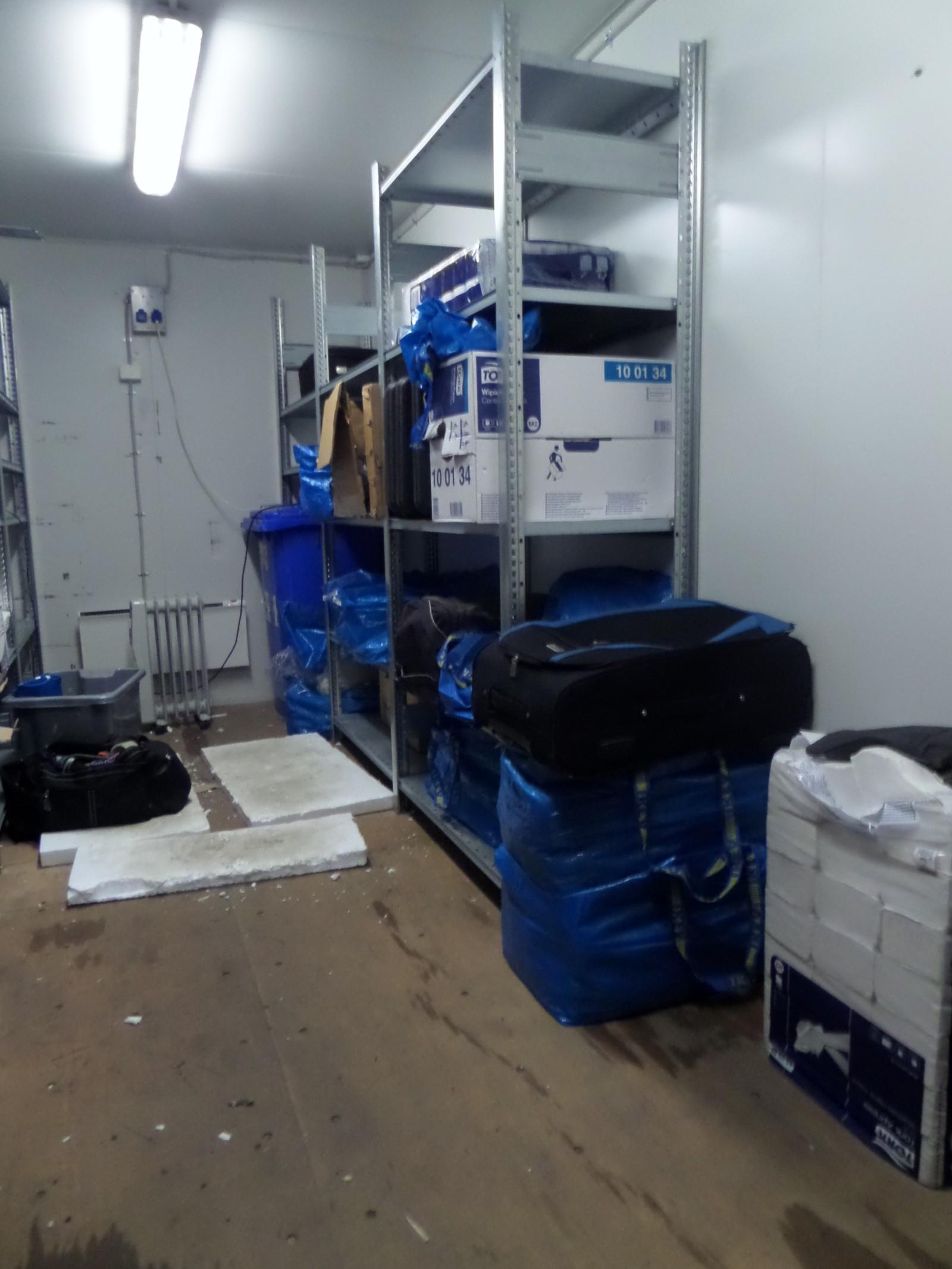 Etter å ha fulgt med over tid på en container ved Lillestrøm slår politiet til i mai 2014. Her sees innsiden av containeren der de siktede systematisk lagret narkotikaen i poser og kofferter pent stablet i hyller.