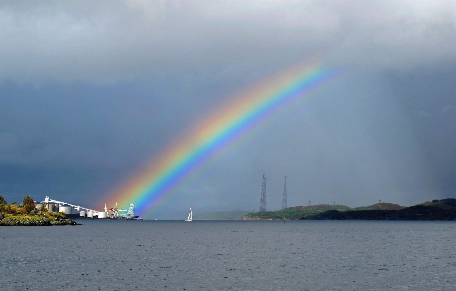 Regnbue over Karmsundet.