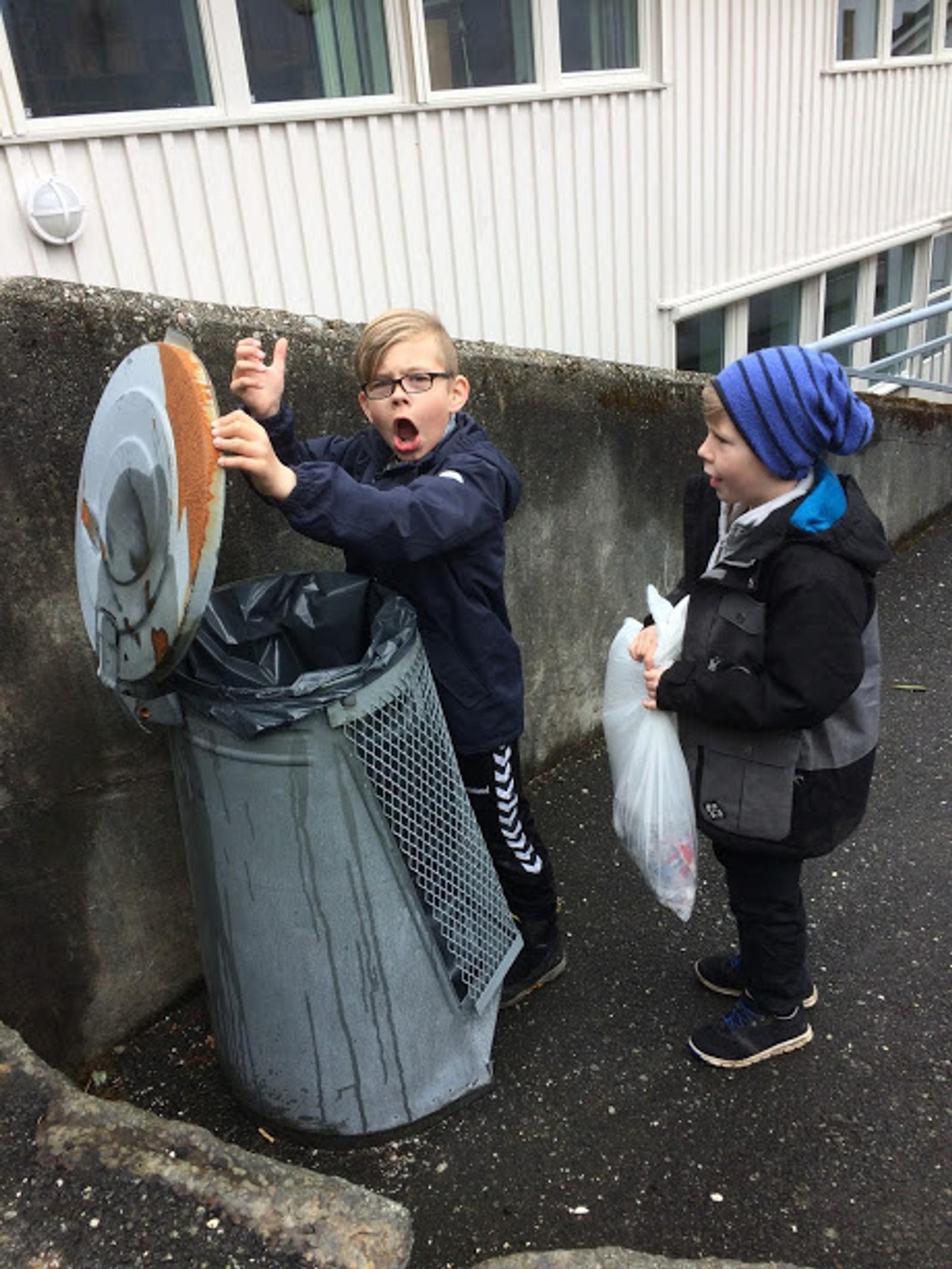 1. og 2. klasse ved Samfundets skole rydder søppel på skolens område.