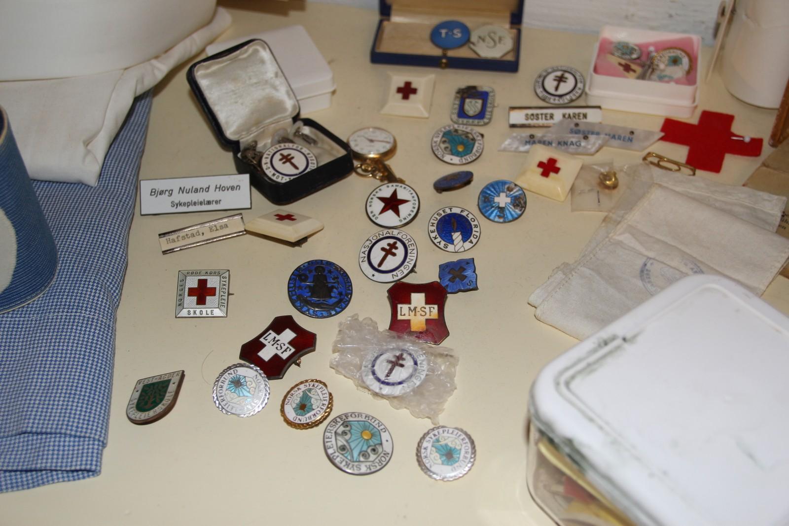 Nåler: Sykepleierne kunne samle forskjellige nåler. Hvert sykehus hadde sin egen nål. Noen av nålene her er fra Røde kors sykepleierskole, Vest-Agder sykepleierskole og norsk sykepleierforbund