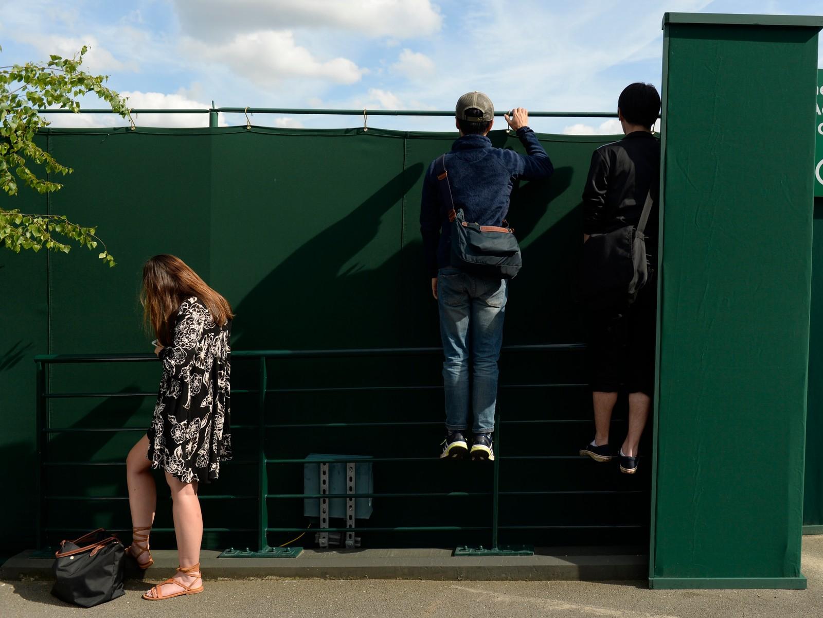 Billettene til Wimbledon-turneringen i London er langt fra gratis - men det går an å få sett kampene med litt hjelp likevel.