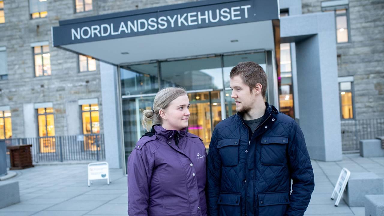 Sunniva og Kristoffer utenfor Nordlandssykehuset i Bodø.
