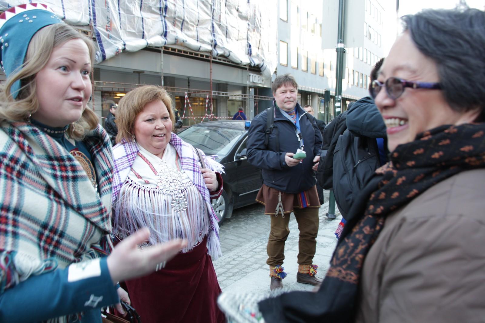 Den finske sametingspresidenten Tiina Sanila-Aikio, den norske sametingspresidenten Vibeke Larsen (uavhengig), sammen med FNs spesialrapportør for urfolksrettigheter, Victoria Tauli-Corpuz fra Filippinene.