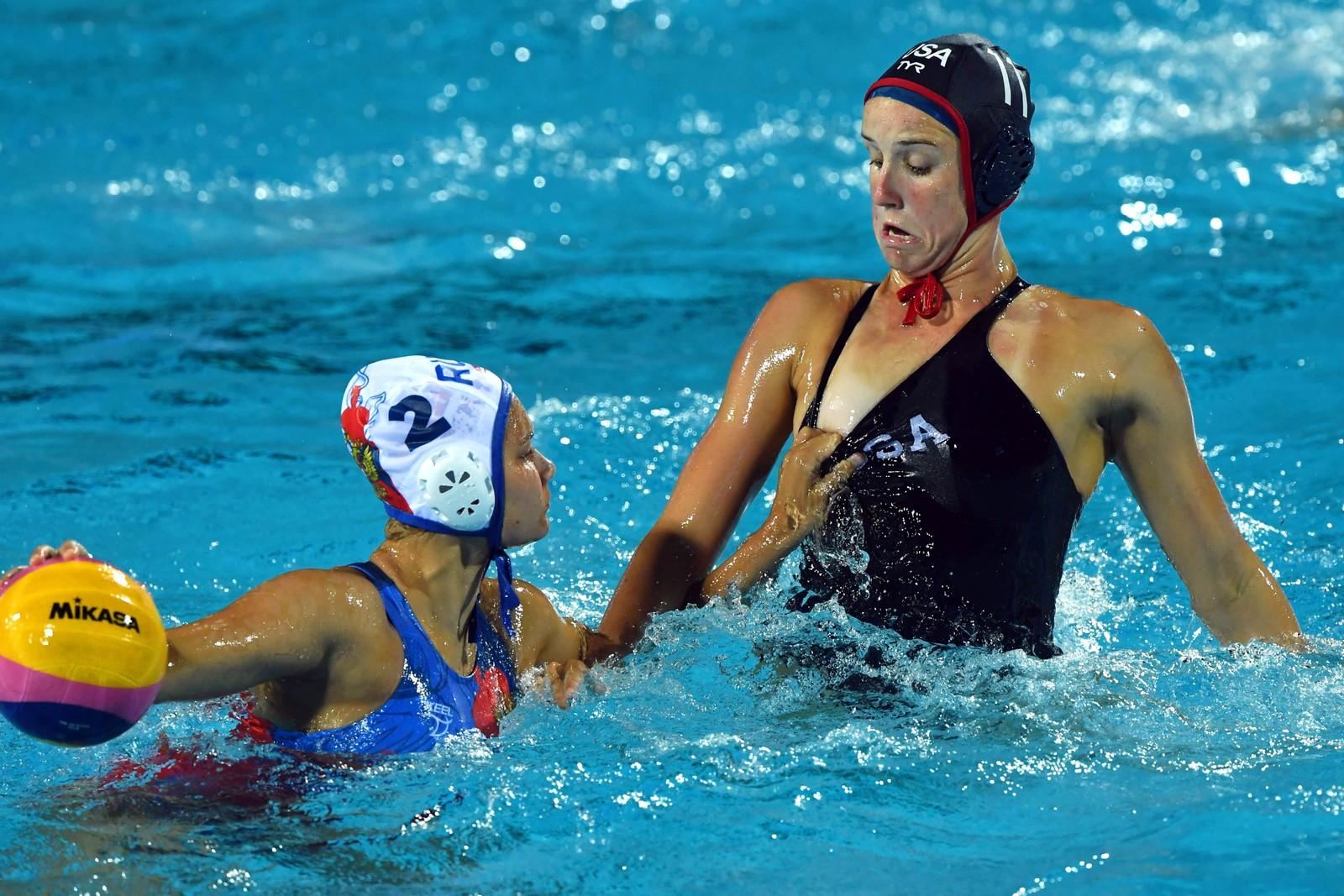 Her skjer det muligens noe ureglementert. Amerikanske Makenzie Fischer overrasker russiske Verinika Vakhitova under VM-semifinalen i vannpolo i Budapest i Ungarn.