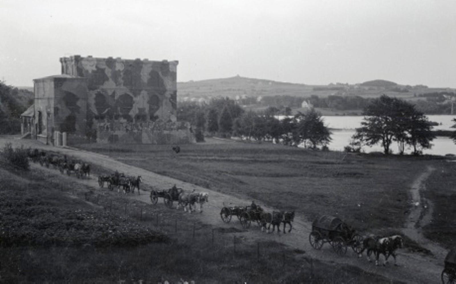 Kapitulerte tyske tropper har pakket utstyret sitt og drar forbi sekundærstasjonen ved Mosvatnet