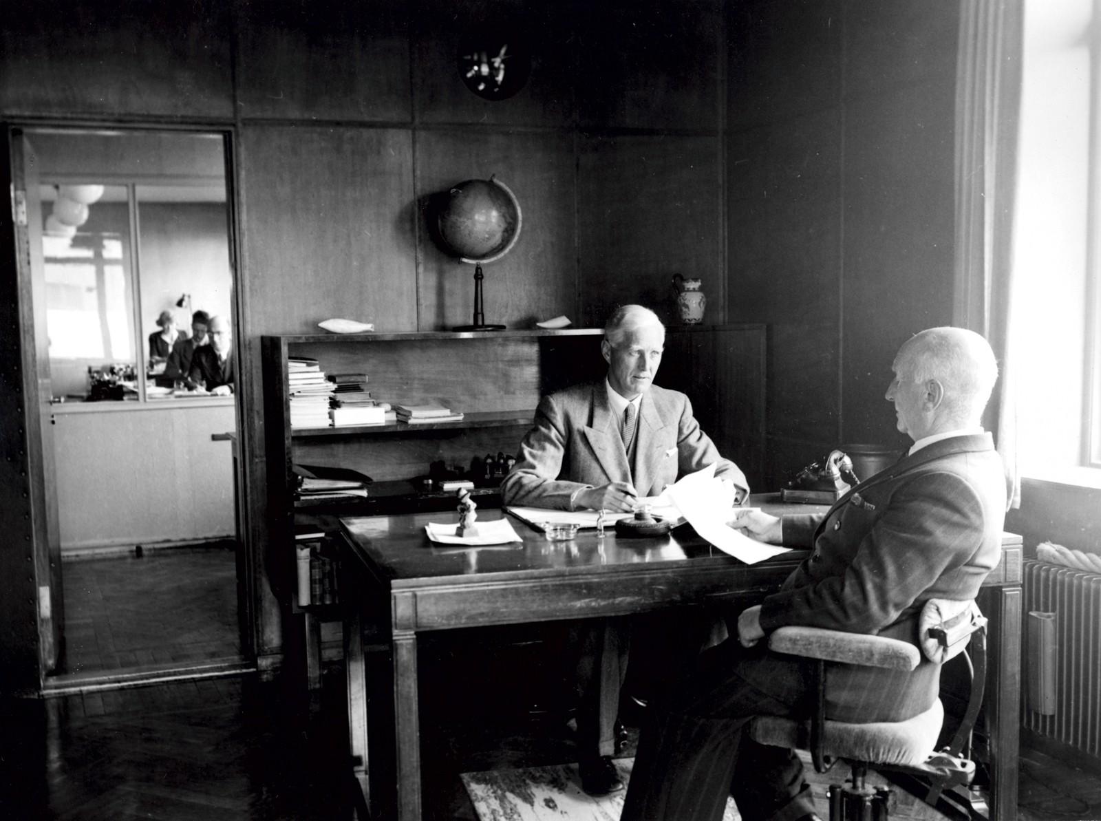 Direktør Anton Schrøder og disponent Olaf Bache på Baches kontor 1947. Fotograf: Stage-Foto